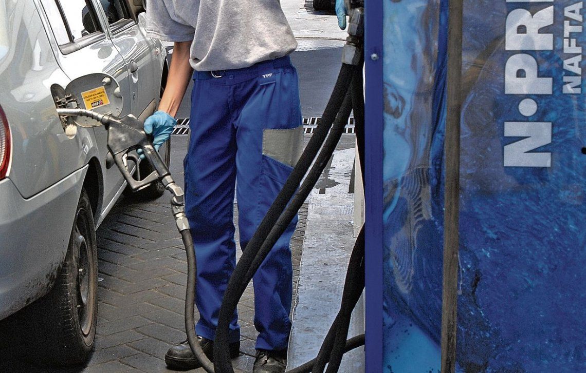 Fuel prices go up again, Macri keeps benefiting oil companies